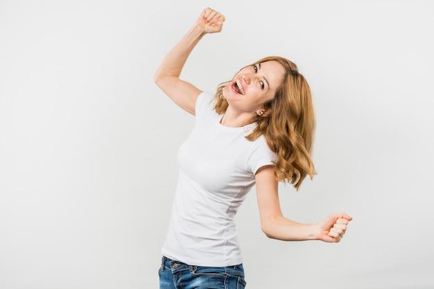 Mujer joven rubia alegre aislada en el contexto blanco