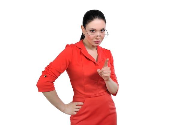 Mujer joven sacude su dedo; enseña e instruye