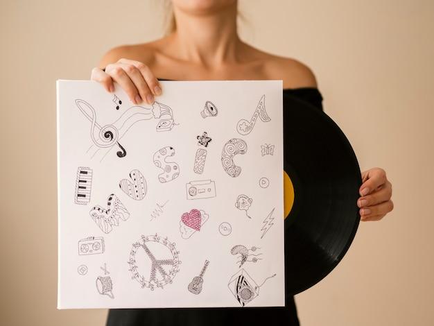 Mujer joven saliendo disco de vinilo