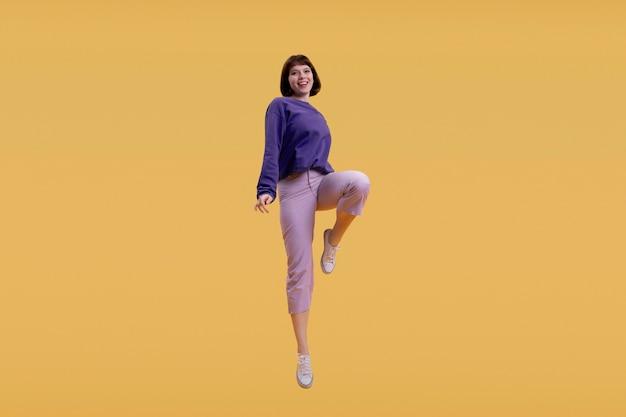 Mujer joven saltando aislado en naranja