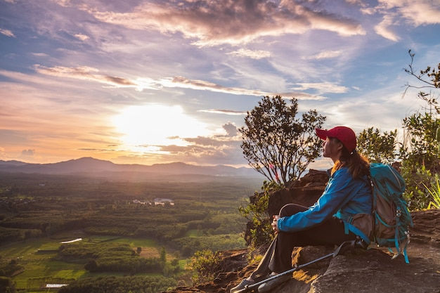 Mujer joven senderismo en la montaña