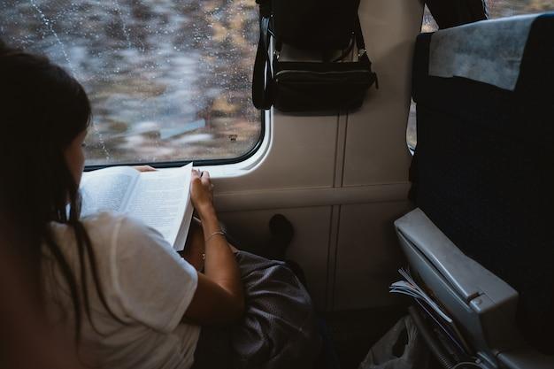 Mujer joven sentada en el autobús de la ciudad