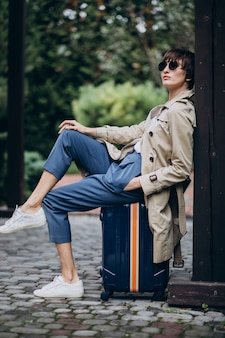 Mujer joven, sentado, en, equipaje