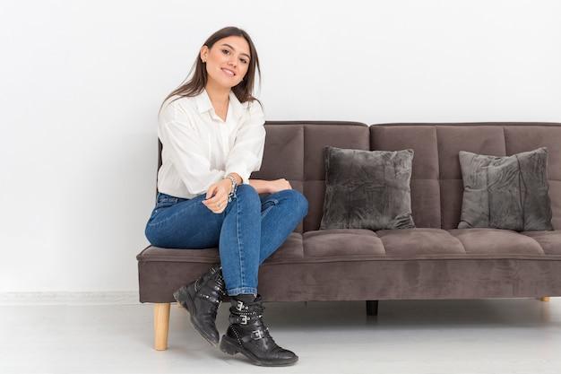 Mujer joven, se sentar sobre sofá