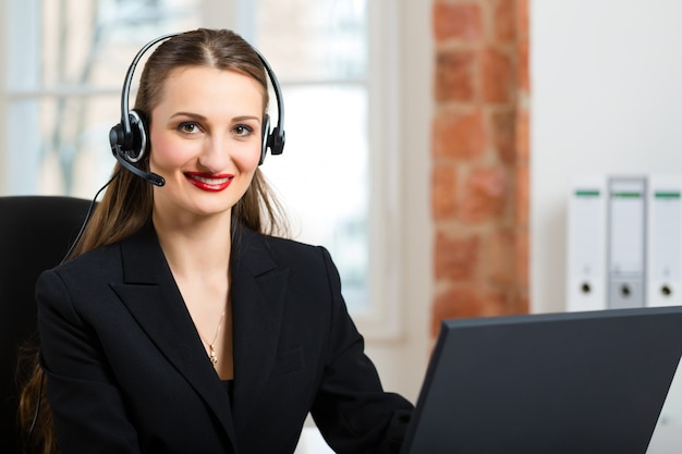 Mujer joven del servicio al cliente.