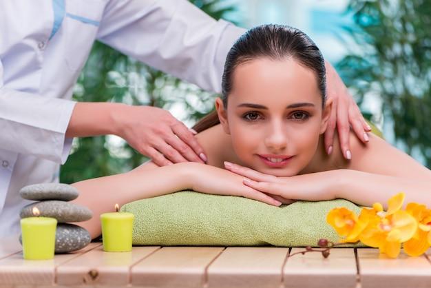 Mujer joven durante la sesión de masaje