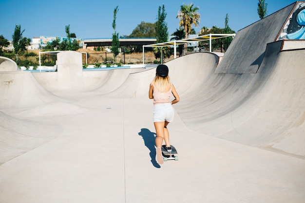 Mujer joven en el skatepark