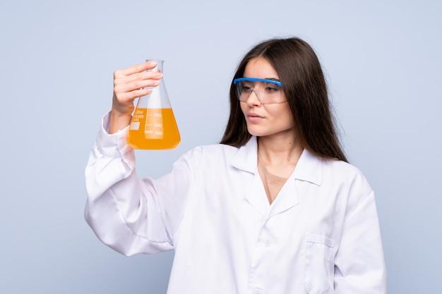 Mujer joven sobre aislado con un tubo de ensayo científico