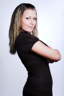 Mujer joven sobre fondo blanco