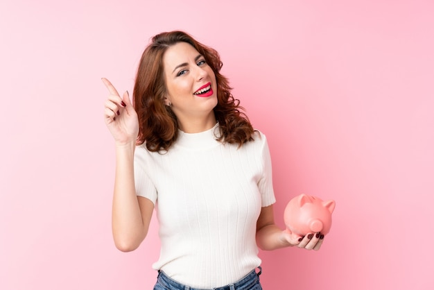 Mujer joven sobre pared rosa aislada