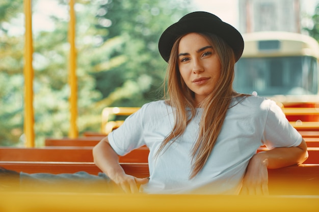 Mujer joven con sombrero en un city tour