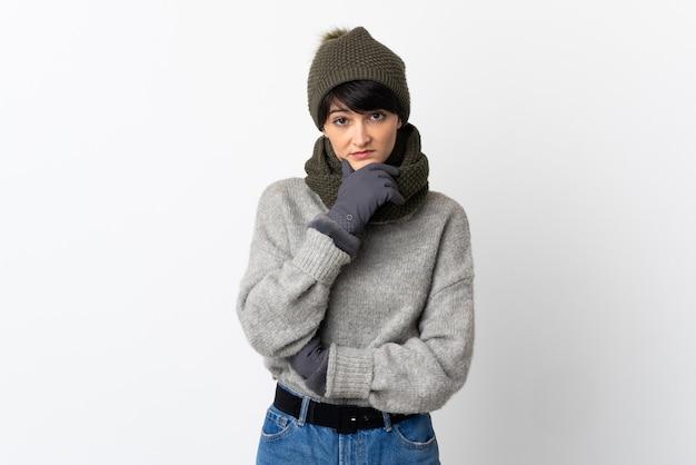 Mujer joven con sombrero de invierno pensando