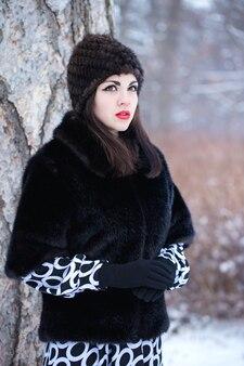 Mujer joven, en, un, sombrero de piel, y, abrigo de piel