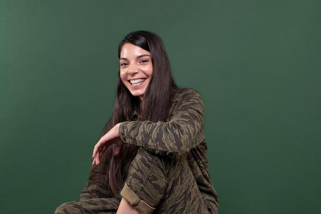 Mujer joven, sonriente, aislado, en, verde