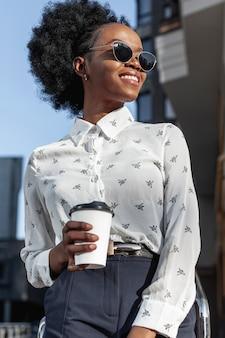 Mujer joven sonriente con café