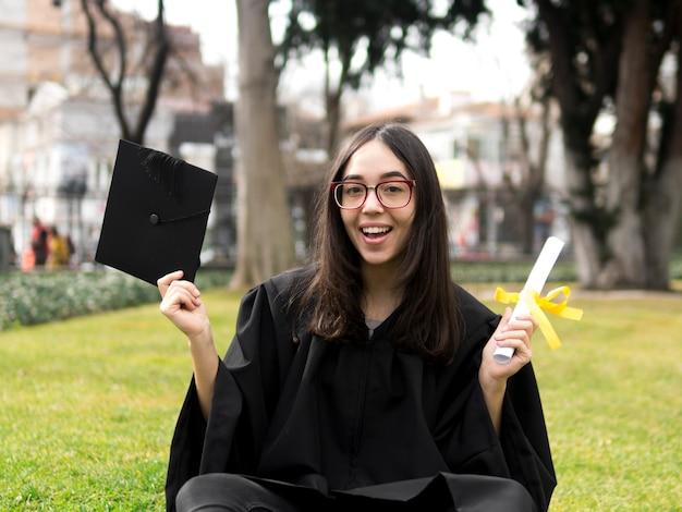 Mujer joven sonriente en la ceremonia de graduación