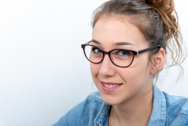 Mujer joven sonriente con gafas negras
