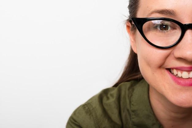 Mujer joven sonriente con gafas