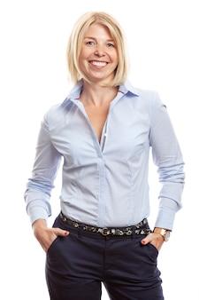 Mujer joven sonriente con pecas en el rostro. vestido con pantalones azules y una camisa, estilo empresarial. aislado en un fondo blanco. vertical.