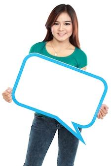 Mujer joven sonriente que sostiene la burbuja del texto en blanco en especificaciones
