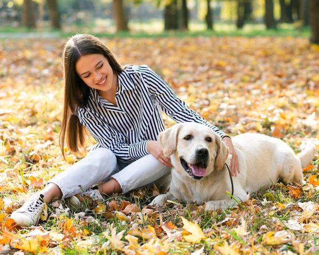 Mujer joven sonriente con su perro