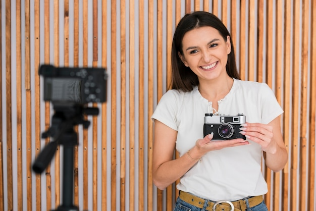 Mujer joven sonriente transmitiendo en vivo