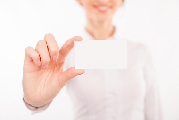 Mujer joven sosteniendo una tarjeta de visita