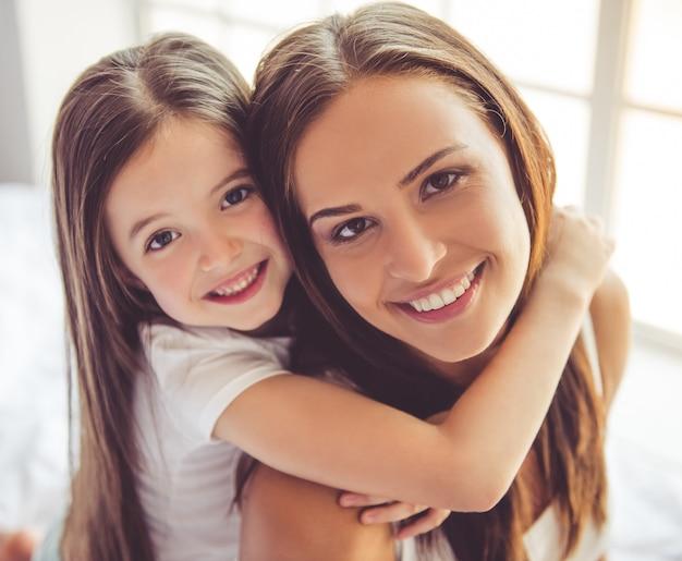 Mujer joven y su pequeña hija encantadora.