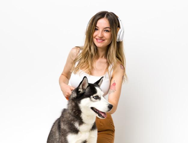 Mujer joven con su perro husky