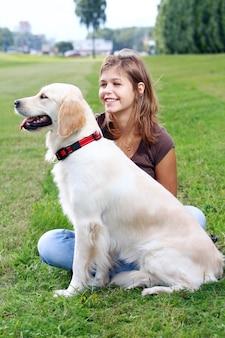 Mujer joven con su perro