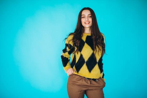 Mujer joven en un suéter cálido
