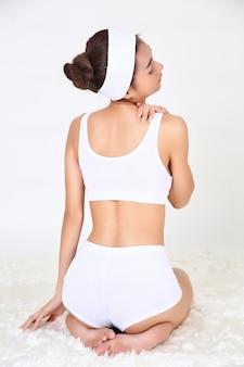 Mujer joven con sufrimiento dolor de hombro dolor
