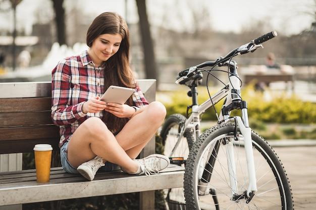 Mujer joven con un tablet pc