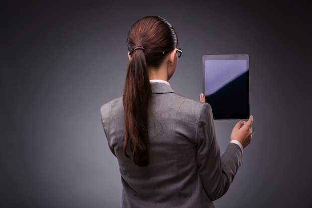 Mujer joven con tableta en el negocio