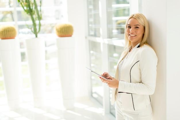 Mujer joven con tableta en la oficina