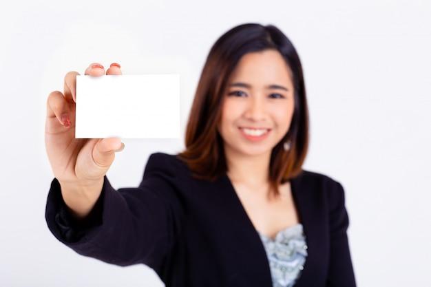 Mujer joven con tarjeta de crédito de maqueta en la mano