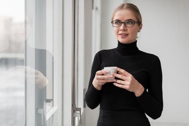 Mujer joven con taza de café