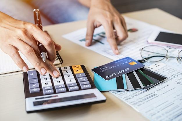 Mujer joven con teléfono inteligente y control de facturas
