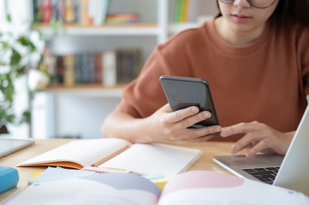 Mujer joven mediante teléfono móvil. uso de tecnología de conexión en línea para negocios, educación y comunicación.