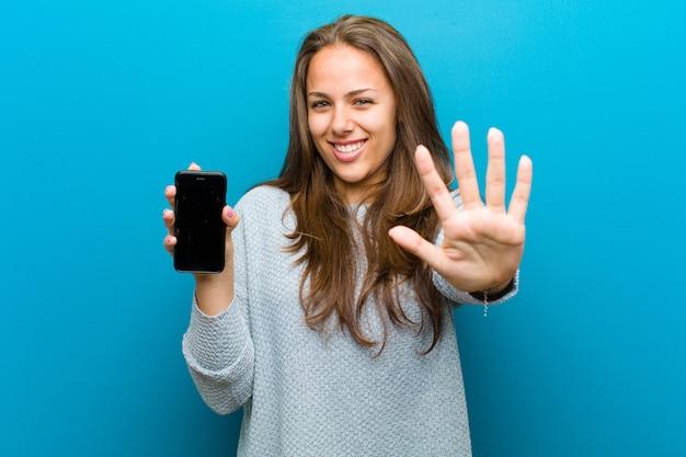 Mujer joven con un teléfono móvil