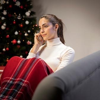 Mujer joven con un teléfono