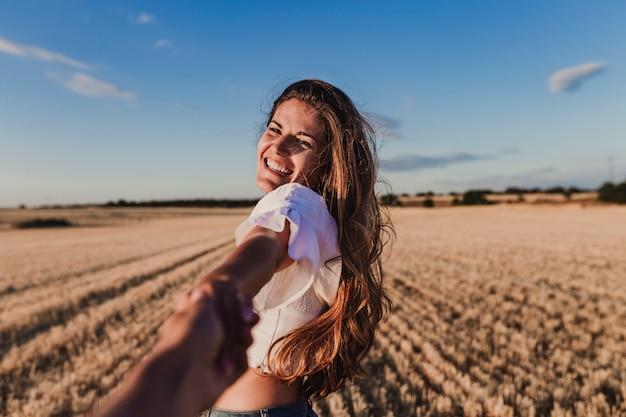 Mujer joven, tenencia, cámara, mano, aire libre