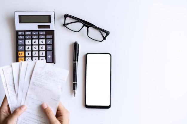 Mujer joven, tenencia, cuentas, y, calcular gastos, en casa, vista superior