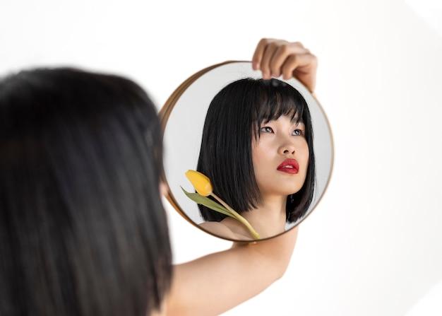 Mujer joven, tenencia, espejo