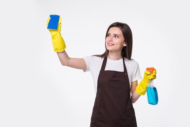Mujer joven, tenencia, esponja, y, producto de limpieza