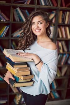 Mujer joven, tenencia, libros