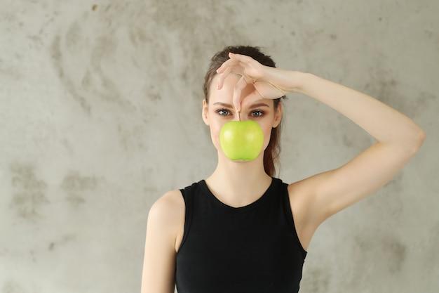 Mujer joven, tenencia, manzana