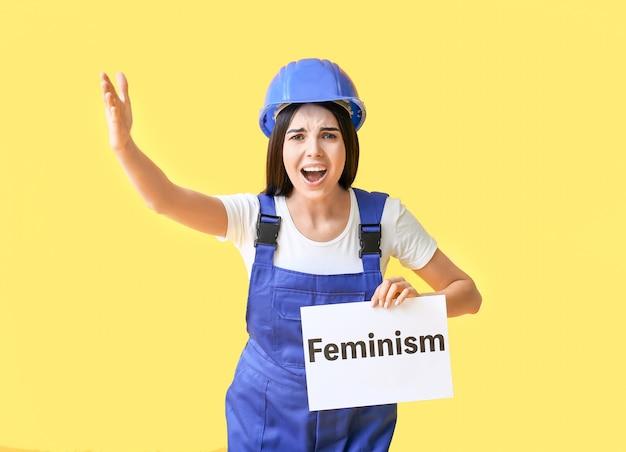 Mujer joven, tenencia, papel, con, texto, feminismo, en, color