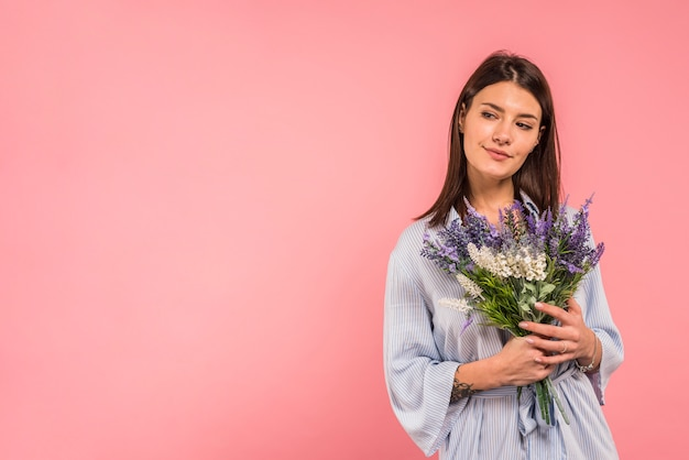 Mujer joven, tenencia, ramo de flores