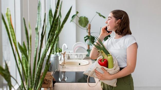 Mujer joven, tenencia, vegetales orgánicos